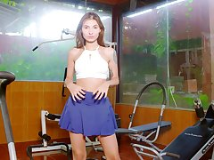 Grim babe Nataly Leon is invigorating clit in chum around with annoy gym